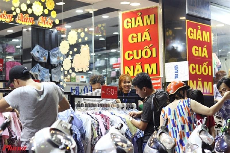 Những con phố, cửa hàng thời trang tấp nập người mua sắm
