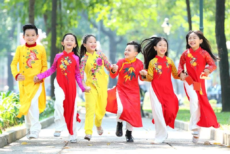 Những đứa trẻ hào hứng vì 'sắp đến Tết rồi, mẹ mua cho em áo mới, ai cũng vui mừng ghê'