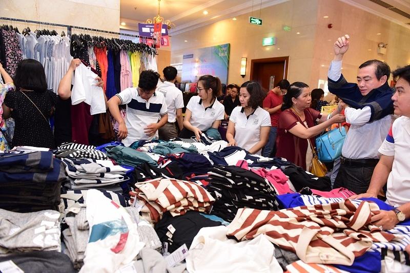 Nhiều người chen chúc mua đồ giảm giá, cốt chỉ muốn có bộ đồ mới cho bằng bạn bằng bè