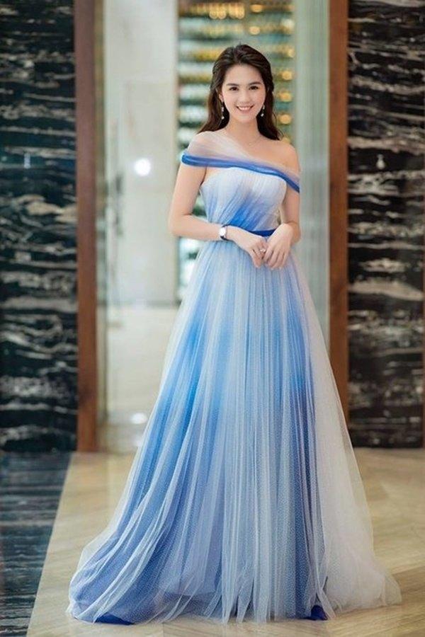 Bên cạnh sắc hồng, Ngọc Trinh còn lựa chọn cho mình chiếc đầm màu xanh tươi mát. Với thiết kế bồng bềnh, thướt tha, chất liệu voan mỏng manh, Ngọc Trinh nổi bật đầy thu hút với vẻ đẹp yêu kiều.