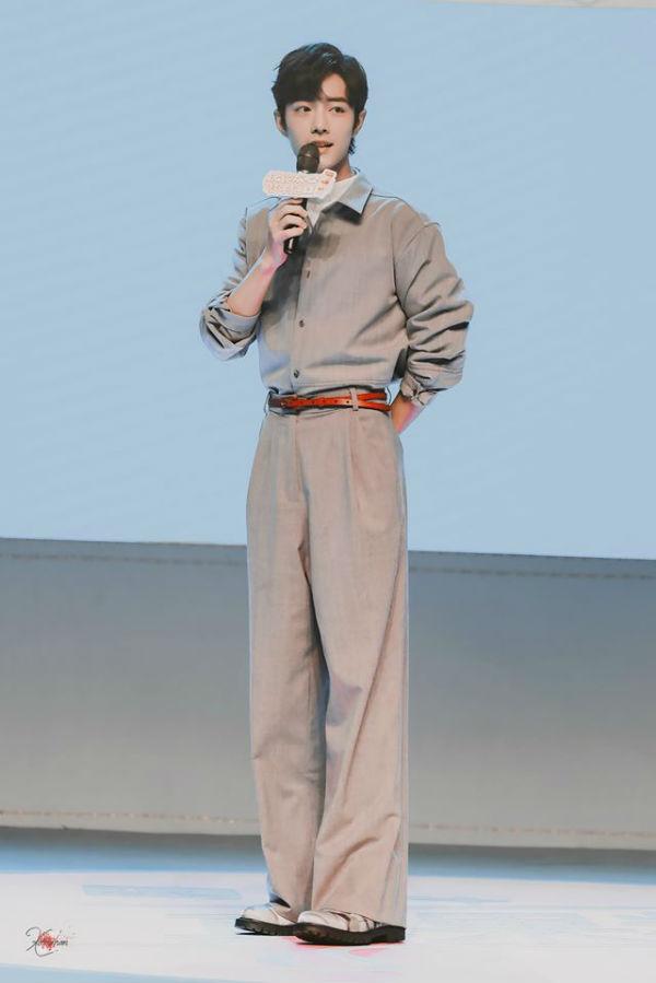 Stylist cũng rất biết cách cho Tiêu Chiến khoe khéo đôi chân dài khi để anh diện cả cây jumpsuit