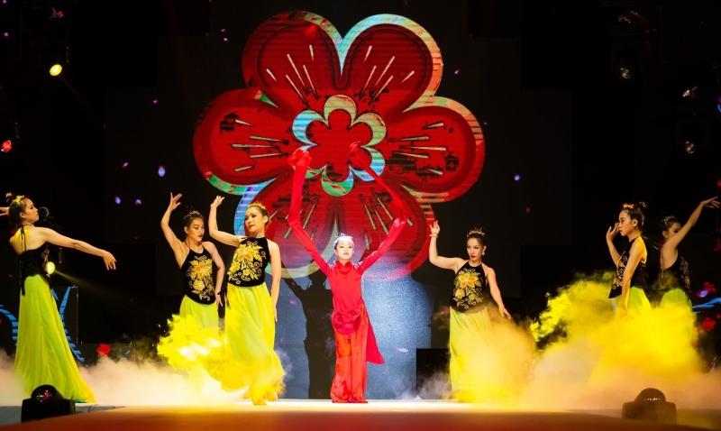 Được biết, Minh Anh chỉ có vỏn vẹn đúng 30 phút để tập luyện phần trình diễn, vũ đạo.Sự toả sáng trên sân khấu là minh chứngcho tài năng của cô bé, xứng đáng với sự tin tưởng của NTK Phương Hồ.