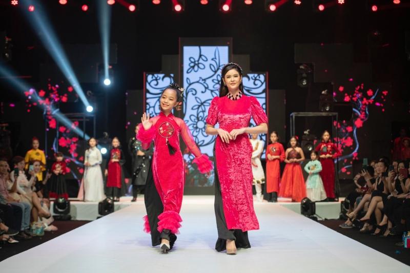 Trương Quỳnh Anh dành nhiều lời khen ngợi cho khả năng catwalk và phong cách làm việc chuyên nghiệp của mẫu nhí Minh Anh.