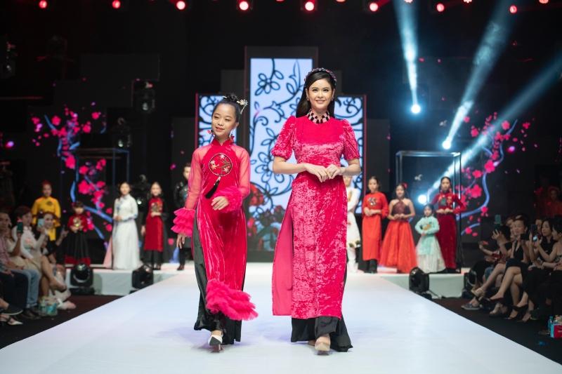 Trong show diễn'Sắc xuân' của NTK Phương Hồ tại TP.HCM vừa qua, mẫu nhí Minh Anh được giaovị trí vedette, 'chốt màn'bộ sưu tập Áo dài cách tân cùng với ca sĩ, diễn viên Trương Quỳnh Anh.