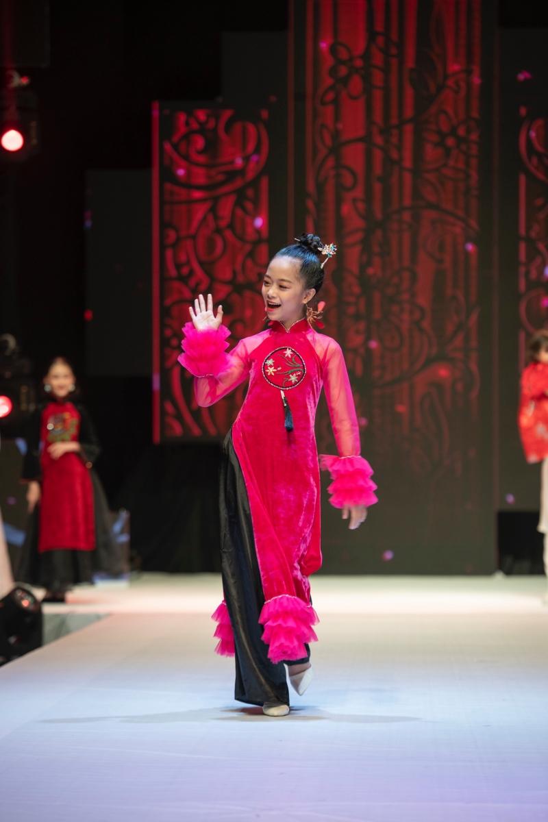 Minh Anh duyên dáng trong tà áo dài và tự tin trình diễn như một người mẫu chuyên nghiệp.