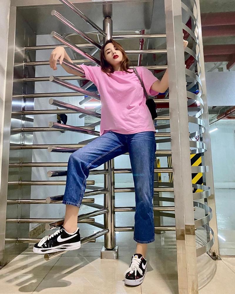 Kỳ Duyên lại mix áo phông với quần jeans đơn giản, rồi khéo léo tạo điểm sáng cho set đồ thêm đắt giá bằng đôi giày Para-Noise phiên bản Swoosh trắng,