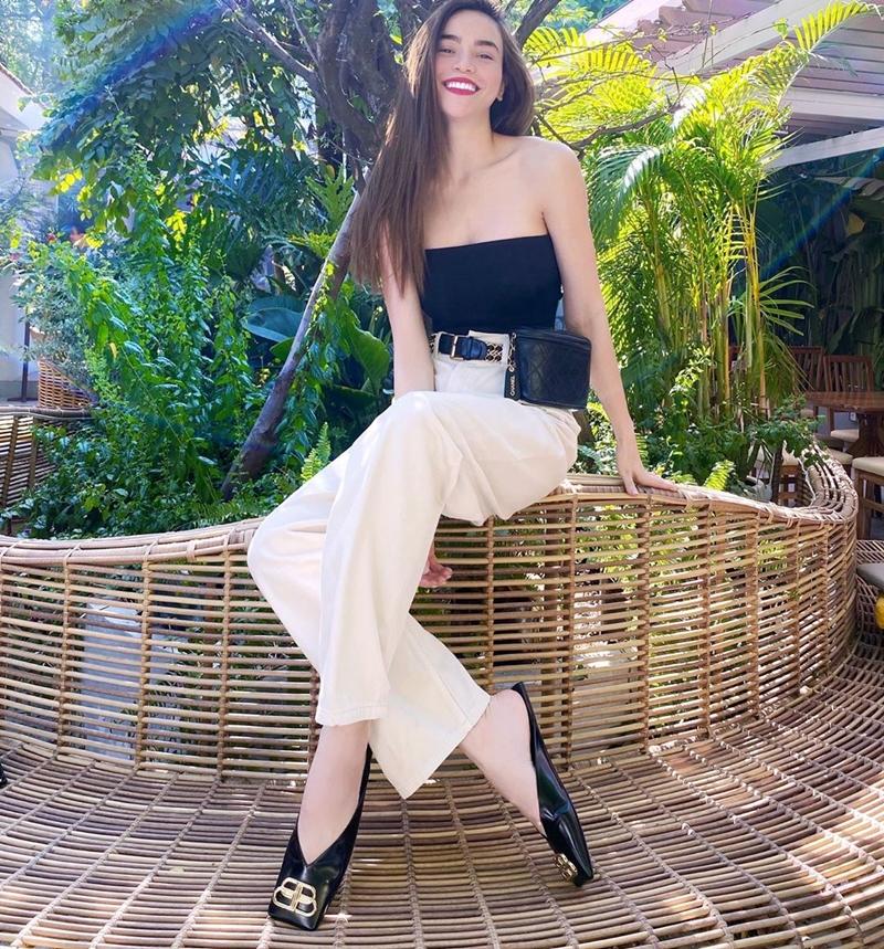 Hồ Ngọc Hà khoe khéo bờ vai trần mảnh mai khi mix áo quây cùng quần ống rộng. Để hoàn thiện bộ trang phục, cô nàng sử dụng túi đeo ngang hông cùng giày đế bệt của Balenciaga.
