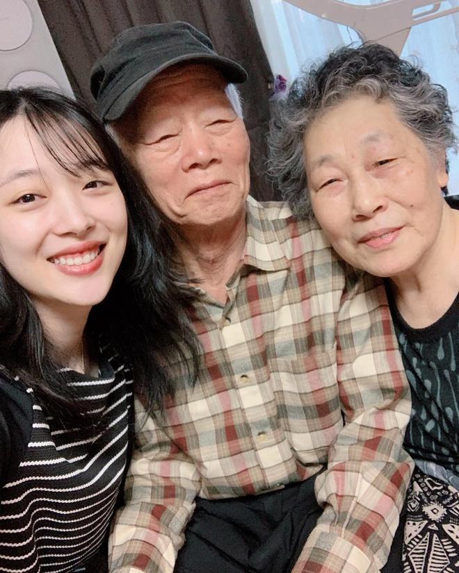 Sulli chụp ảnh cùng ông bà khi còn sống.