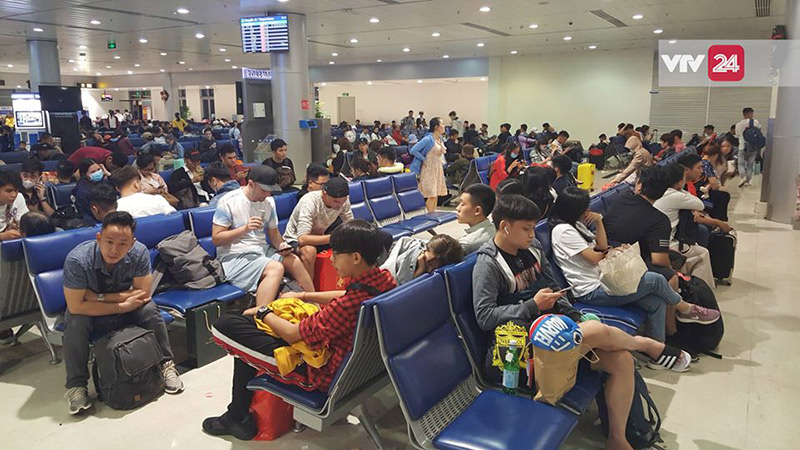 Sân bay Tân Sơn Nhất đông nghẹt hành khách làm chờ làm thủ tục bay.