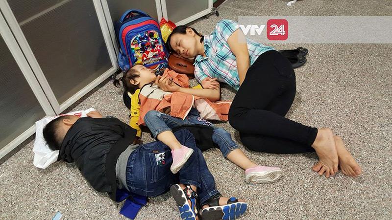 Một gia đình nhỏ phải nằm đất trong lúc máy bay delay.
