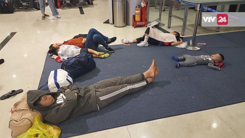 Tận dụng tấm thảm ở khu vực check in vé để nằm cho đỡ lạnh.