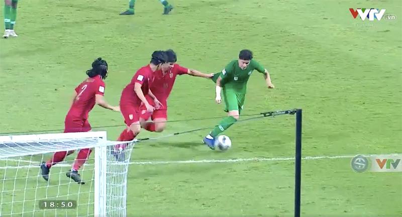 Pha phạm lỗi của các cầu thủ Thái Lan khiến đội bạn được hưởng phạt đền.