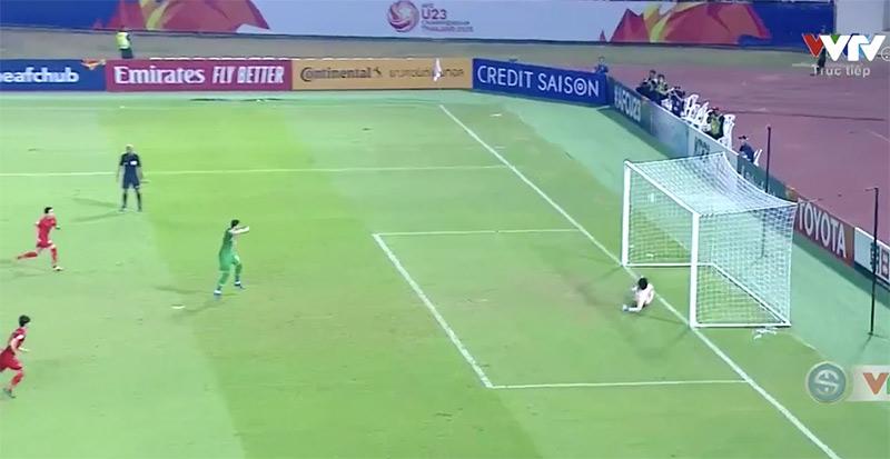 Thủ môn Thái Lan bất lực trước cú sút của cầu thủ Ả Rập Saudi.