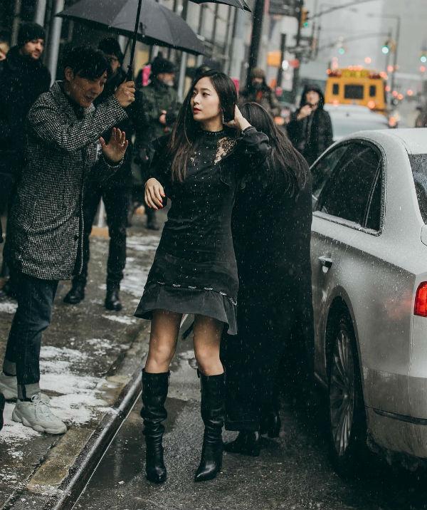 Krystal từng gây bão với khoảnh khắc dưới mưa cực đẹp khi đến dự New York Fashion Week 2019