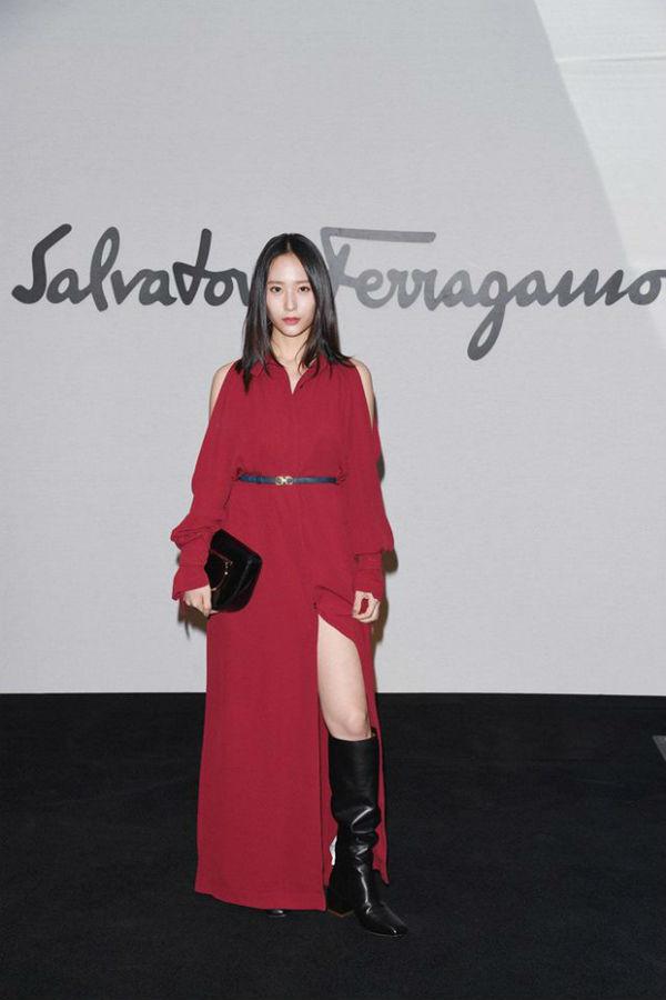 Với bộ váy đỏ rực rỡ này, Krystal đã thu hút vô số ống kính máy ảnh khi đặt chân đến Milan Fashion Week 2018