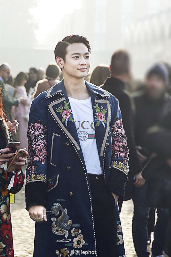 Bộ outfit để đời tại Milan Fashion Week 2017 giúp Minho lọt Top 12 người đàn ông quyến rũ nhất thế giới