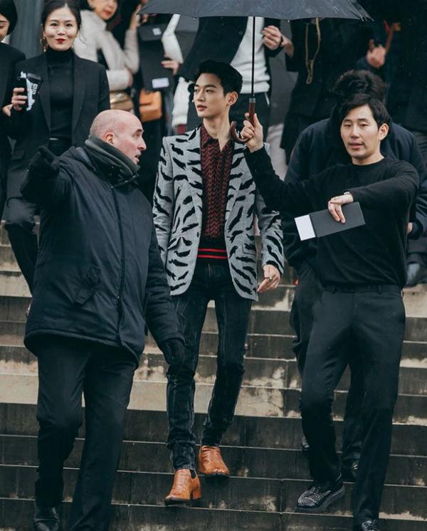 Anh chàng tiếp tục chứng minh visual 'không phải dạng vừa đâu' bằng phong thái như ông hoàng tại Paris Fashion Week 2018