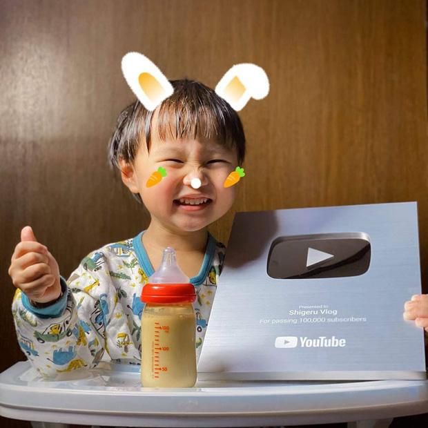 Bé Sa cười thích thú khi nhận được nút Bạc Youtube.