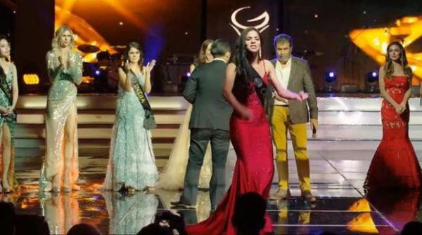 Điều bất ngờ là trước hành động của người đẹp Colombia, rất nhiều thí sinh đứng phía sau cũng tỏ rõ sự ủng hộ khi vỗ tay nhiệt liệt.