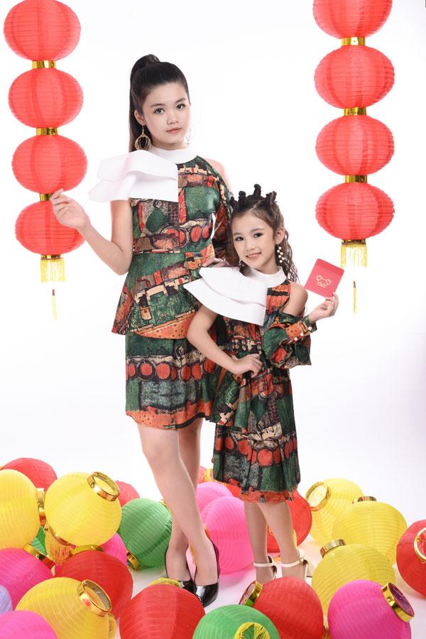 Trong bộ ảnh vừa thực hiện,Trang Anh – Bảo Anh cùng diện trang phục đôi với tông màu đỏ, xanh, trắng phù hợp không khí Tết cổ truyền Việt Nam đang đến gần.