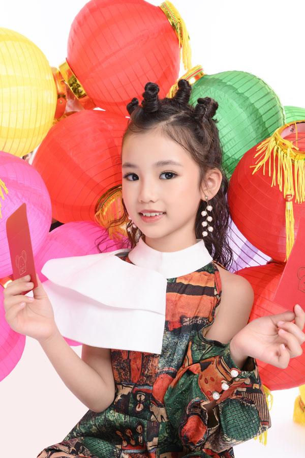 Cặp chị em Hoa hậu nhí Trang Anh - Bảo Anh tung ảnh Tết đầy sắc đỏ với đèn lồng 1