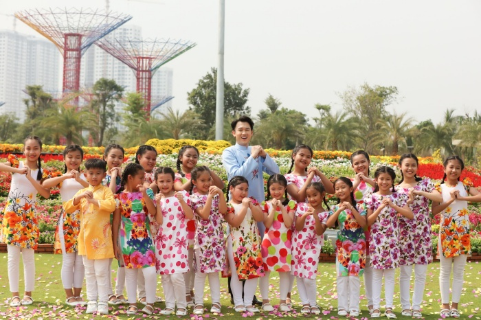 Dương Triệu Vũ diện áo dài đón Tết, hé lộ hậu trường MV xuân 6