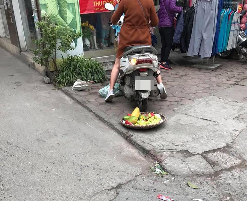 Người phụ nữ chỉ kịp xách một rổ hàng đi chỗ khác...