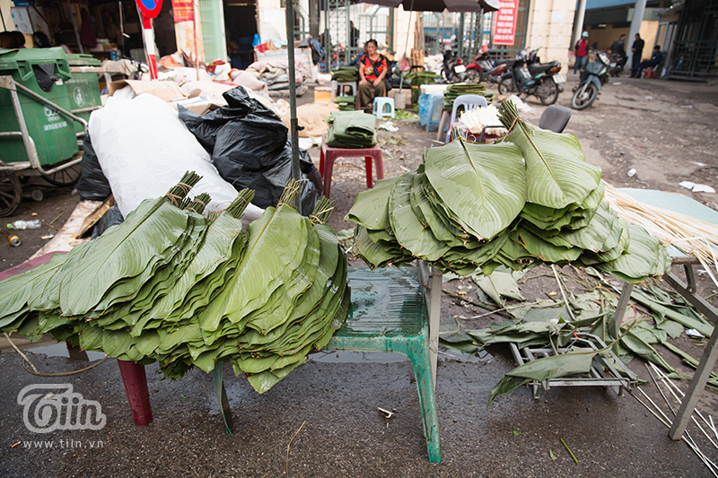 Mỗi khi cần mua lá dong hoặc dây lạt để gói bánh chưng, giò, chả… là người dân Thủ đô lại nghĩ đến đây.
