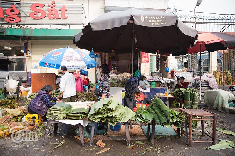 Chợ lá dong trên phố Trần Quý Cáp là khu chợ lá dong nổi tiếng và lâu đời nhất Hà Nội.