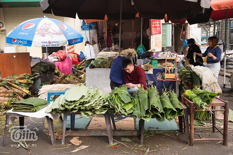 Có 2 loại lá dong được bày bán tại khu chợ, đó là lá dong rừng và lá dong ta.