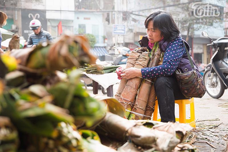 Cô Hà (61 tuổi, có gần 27 năm bán lá dong tại phố Trần Quý Cáp) cho biết: 'Chúng tôi bán đến chiều 30 Tết mới nghỉ. Mọi năm lá dong rừng bán chạy nhưng không hiểu sao năm nay lá dong quê trở nên đắt hàng'.