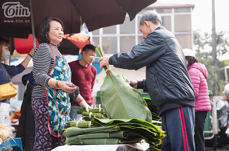Cũng theo một vài tiểu thương tại chợ cho hay, lượng khách tới đây nhiều người là chủ buôn. Họ nhập lá dong và lạt số lượng lớn để về phân phối tới các sạp hàng nhỏ khác.
