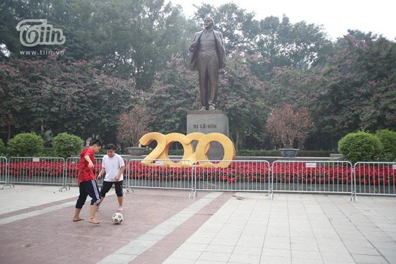 Khu vực tượng đài Lenin, bồn hoa được bảo vệ bởi hàng rào sắt