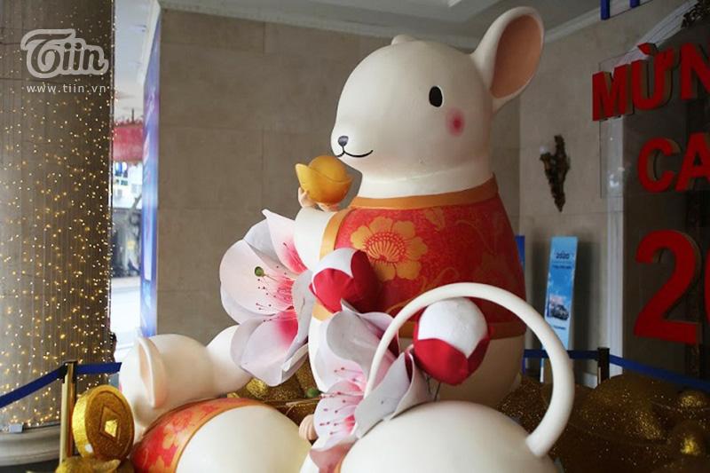 Trước cửa trung tâm thương mại lớn trên phố Tràng Tiền, dàn chuột xinh xắn khiến nhiều người trầm trồ, thích thú