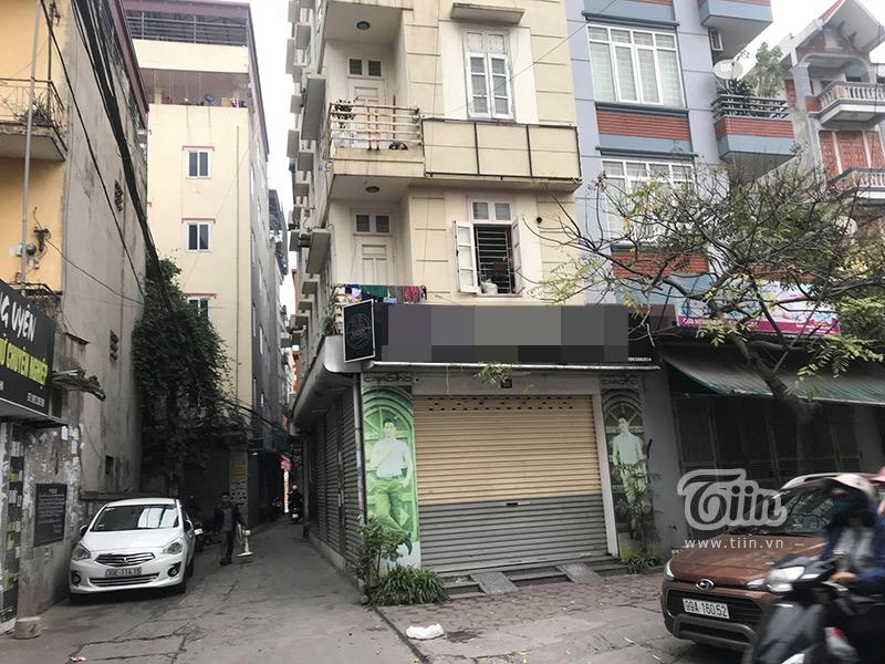 Những ngày cuối năm người dân đổ xô sắm Tết thì cửa hàng C đóng cửa không tiếp một ai.
