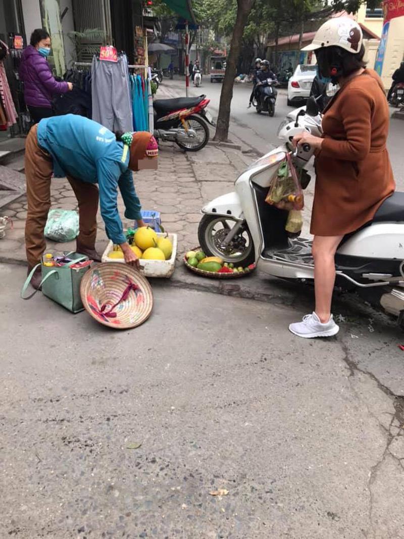 Chủ shop thời trang phi xe vào rổ hoa quả của cô bán hàng rong.