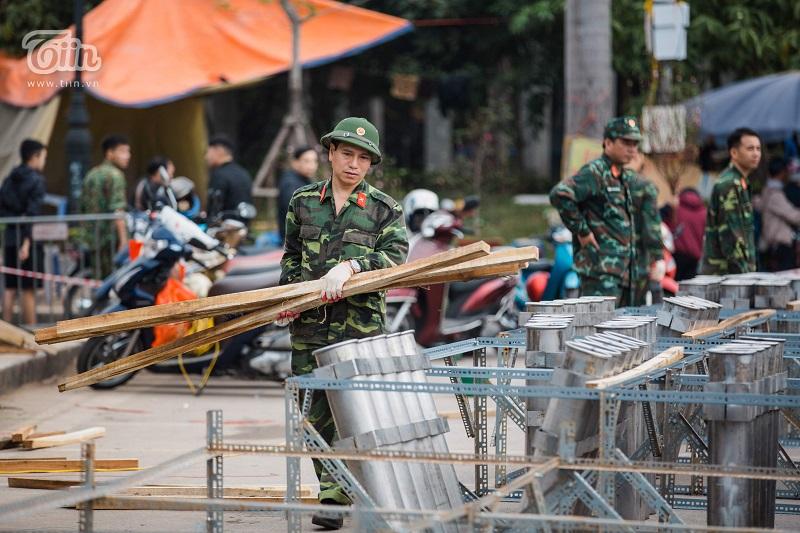 Trước giờ khai hỏa, mọi công tác chuẩn bị đều được thực hiện tỉ mỉ, đảm bảo an toàn cho người dân đến xem pháo hoa.