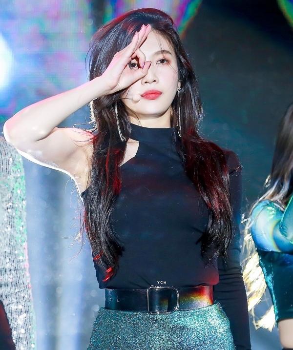 Từ khi ra mắt đến nay, Joy luôn là một trong số những thành viên được chú ý hàng đầu của Red Velvet. Không xinh đẹp tuyệt trần như Irene hay hát hay, nhảy giỏi 'đỉnh' như Seulgi, Wendy, điều khiến Joy luôn được khán giả yêu mến nằm ở năng lượng, nhiệt huyết và nụ cười đáng yêu của cô nàng.