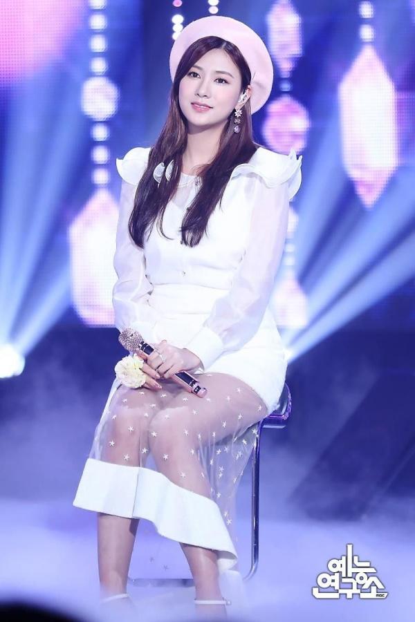 Từ một cô gái nhạt nhòa, Hayoung ngày càng chinh phục khán giả Hàn Quốc khó tính bằng sự chăm chỉ và tài năng của mình. Cô nàng là một trong số những thành viên hiếm hoi của Apink được ra mắt hẳn một album solo.