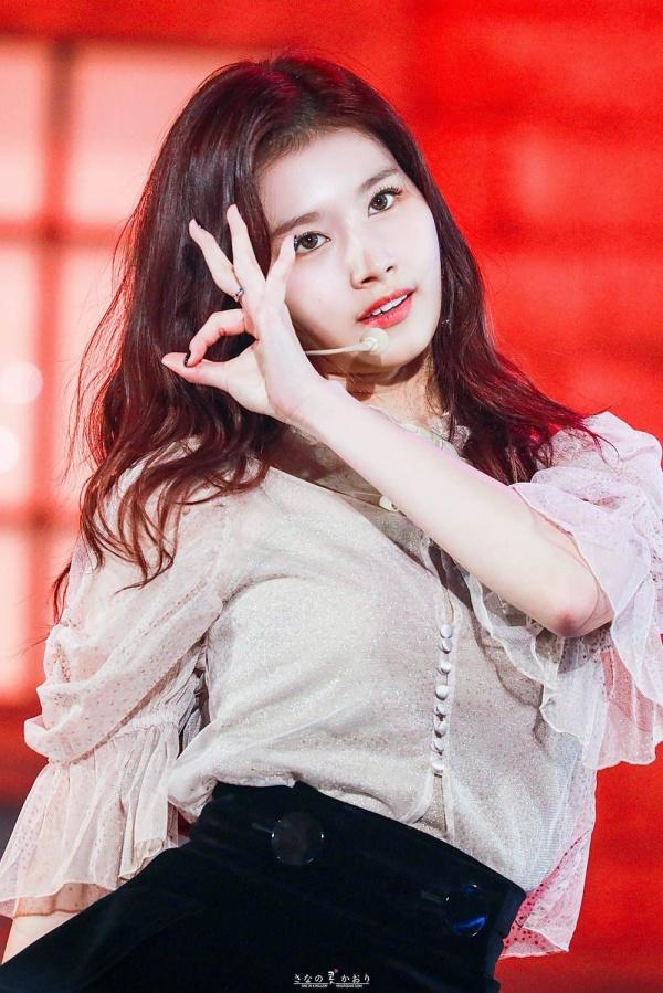 Khi Momo và Jihyo bị tung tin hẹn hò, netizen đều tin rằng Sana chính là 'giới hạn cuối cùng' của TWICE. 'Giới hạn cuối cùng' ở đây có nghĩa là tất cả các thành viên khác đều có thể thoải mái lộ tin hẹn hò, nhưng riêng Sana thì không phải. Nguyên nhân là bởi cô nàng 'chịu trách nhiệm' cho sự nổi tiếng và fandom hùng hậu, đông đảo của cả nhóm.