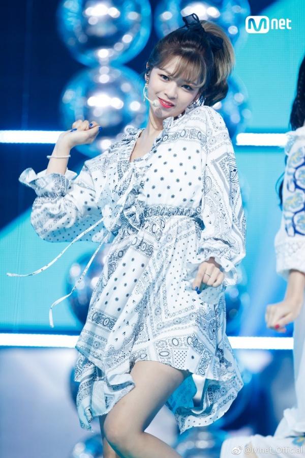 Jeongyeon có thể không nổi tiếng như Sana, nhưng cô nàng lại đảm nhiệm vị trí hát chính của TWICE. Mỗi khi Nayeon hoặc Jihyo vắng mặt, cô nàng đều dễ dàng 'cân' được phần hát khó nhằn của hai nữ thần tượng và thường xuyên được bình chọn là thành viên có giọng hát tốt nhất trong nhóm.