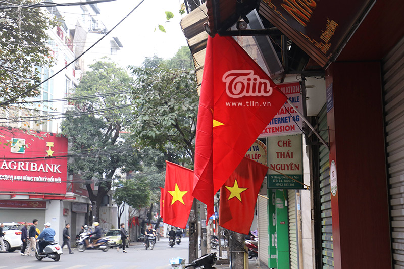 Cờ đỏ sao vàng được trang hoàng khắp các tuyến phố.
