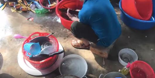 Thanh niên hì hục rửa đống bát đĩa vì không đưa người yêu về ra mắt?