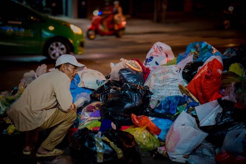 Người đàn ông lam lũ và nụ cười khi nhặt được chiếc túi còn lành lặn trong đống rác ven đường 0