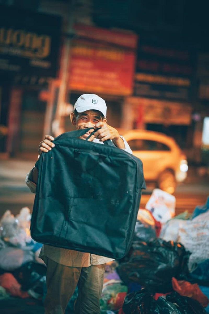 Người đàn ông lam lũ và nụ cười khi nhặt được chiếc túi còn lành lặn trong đống rác ven đường 2
