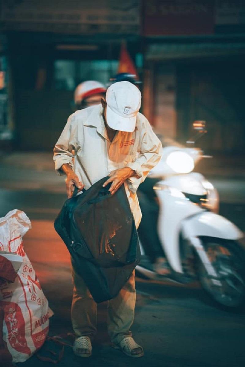 Người đàn ông lam lũ và nụ cười khi nhặt được chiếc túi còn lành lặn trong đống rác ven đường 4