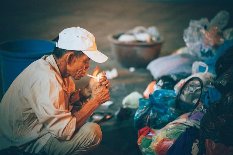 Người đàn ông lam lũ và nụ cười khi nhặt được chiếc túi còn lành lặn trong đống rác ven đường 6