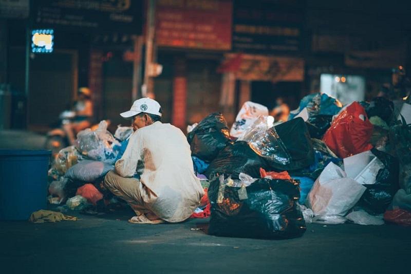 Người đàn ông lam lũ và nụ cười khi nhặt được chiếc túi còn lành lặn trong đống rác ven đường 7