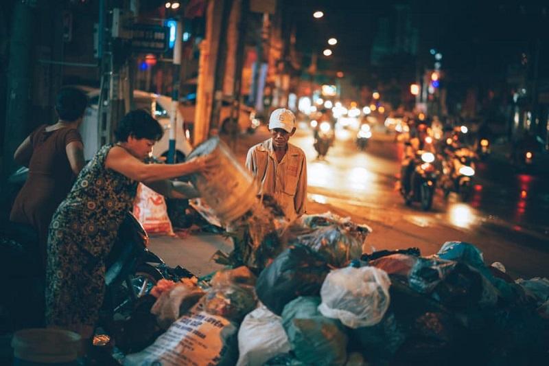 Người đàn ông lam lũ và nụ cười khi nhặt được chiếc túi còn lành lặn trong đống rác ven đường 8