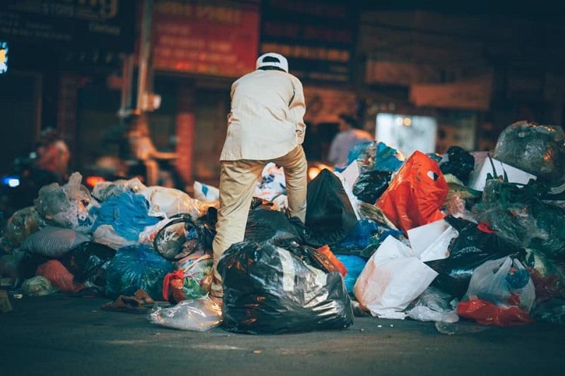 Người đàn ông lam lũ và nụ cười khi nhặt được chiếc túi còn lành lặn trong đống rác ven đường 9